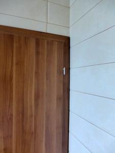 aspectul din spatele tocului la usa de la baie