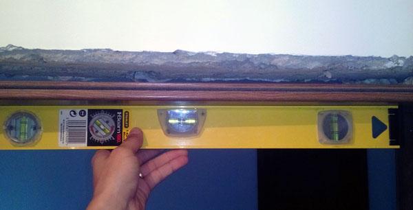 instalarea dreapta a laturii orizontale a tocului
