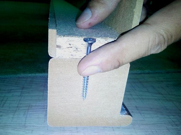pentru fixarea elementului vertical de pervaz se folosesc suruburile lungi din kit